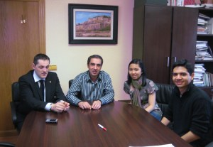 Foto del encuentro entre el Alcalde de Roa y la Filipina que visitó Roa de Duero. EBD.